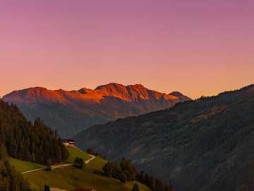 tôt le matin dans la belle Matrei, Autriche - champ d'herbe verte près des montagnes brunes pendant la journée. Matrei à Osttirol, Österr