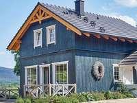 casa di legno blu in Norvegia - m ........................