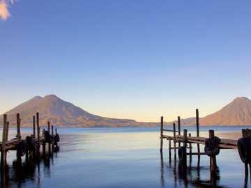 Lac Atitlán - Lac d'eau bleue cristalline dans le département de Sololá dans les hauts plateaux du Guatemal