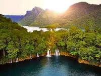 Brava Lagune - Laguna und Cenote im Departement Huehuetenango in einem feuchten Wald mit Wasserfällen und Lagunen