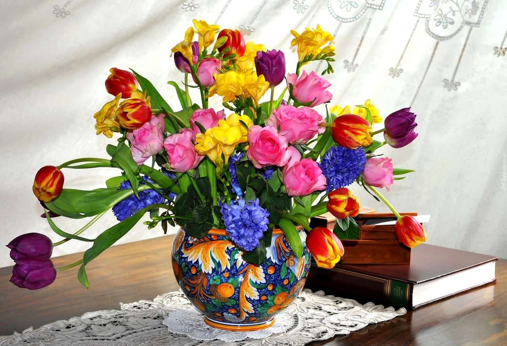 csokor tavaszi virág a vázában - Virágok. M ....................... Kis virágok egy kék vázában (11×8)