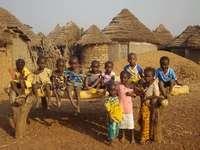 lidé v africké vesnici