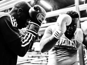 zwei Männer mit Boxhandschuhen - La Boxe, Boxing Beats, Aubervilliers, Frankreich.