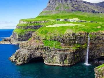 Steilküste mit Wasserfall Färöer Inseln - Steilküste mit Wasserfall Färöer Inseln