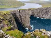 Mare interno delle Isole Faroe sopra le scogliere