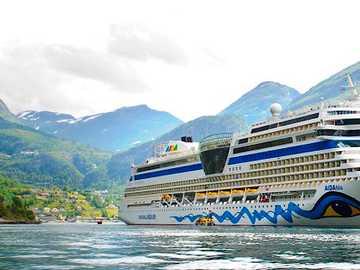 Statek wycieczkowy u wybrzeży Wysp Owczych - Statek wycieczkowy u wybrzeży Wysp Owczych