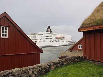 Prom Smyril Line u wybrzeży Wysp Owczych - Prom Smyril Line u wybrzeży Wysp Owczych