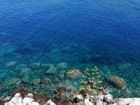 roches blanches au bord de la mer bleue pendant la journée - Fond de mer vert et bleu et rochers en Sicile. 90017 Santa Flavia PA, Italie