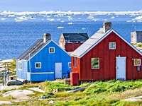 Case colorate in riva al mare in Groenlandia