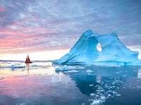 Segelschiff vor Eisformation vor Grönland - Segelschiff vor Eisformation vor Grönland