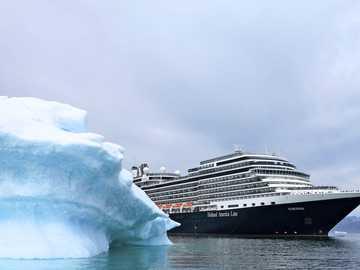 Statek przed lodem u wybrzeży Grenlandii - Statek przed lodem u wybrzeży Grenlandii