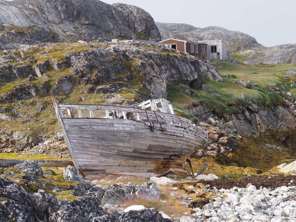 Barcă eșantionată din Groenlanda și case vechi