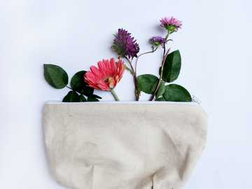 fleur en sac - pochette en toile avec arrangement floral.