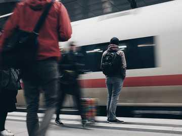 Twój pociąg przyjeżdża - ludzie stojący obok pociągu. Berlin Central Station, Berlin, Niemcy