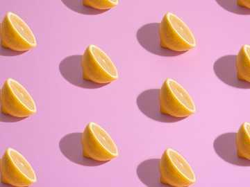 Modello di limone - limone a fette sulla superficie bianca. San Paolo, Brasile