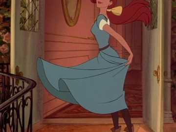 vestido azul claro anastasiasa - el atuendo que usa para conocer a la duquesa