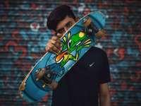 jongens poseren met skateboard