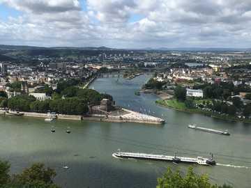 biały statek w rzece w ciągu dnia - To zdjęcie Koblencji zostało zrobione na wzgórzach (Festung Ehrenbreitstein = muzeum forteczne) p