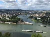weißes Schiff im Fluss während des Tages - Dieses Bild von Koblenz wurde auf den Festung Ehrenbreitstein an der Ostseite des Rheins aufgenommen