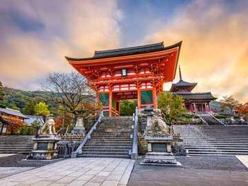Kiyomizu-dera - Jedna z najczęściej odwiedzanych świątyń w mieście Kioto.