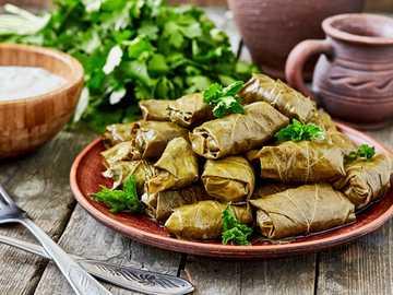 La nourriture turc - Feuilles de raisin farcies de riz et légumes