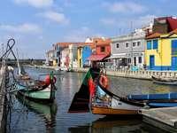 gondels en gestreepte huizen in portugal - m ......................
