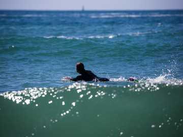 En attendant la vague - personne surfant pendant la journée. Port Bara, Quiberon, Quiberon, France