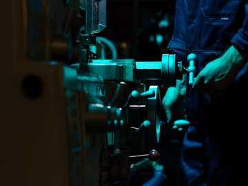 zielone i brązowe metalowe narzędzie - Inżynier mechanik konstruuje roboty rolnicze.