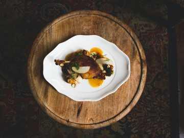 Repas gastronomique - assiette en céramique blanche.