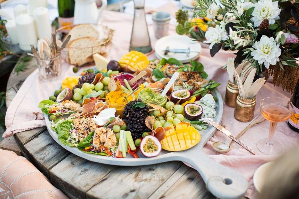 pokrojone owoce na białym talerzu ceramicznym - jedzenie, jedzenie na uroczystość, antipasto, talerz jedzenia, świąteczny stół.