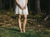 Person, die neben Bäumen steht - Frau in einem Kleid von einem Wald.
