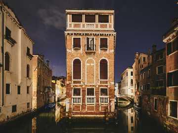 braunes Gebäude - Photowalking in Venedig • August 2019. Venedig, Italien