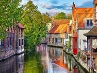 Bruges város sok csatornával Belgium