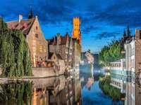 Miasto Brugia z wieloma kanałami w Belgii