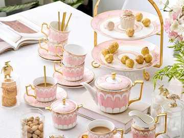 Geschirr für Tee und Kaffee - m ........................