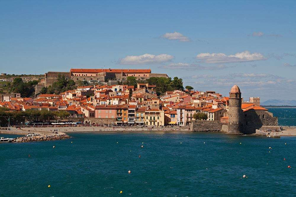Collioure, Franciaország - Collioure egy apró, festői város Francia Katalóniában, egy kis mediterrán halászkikötővel. A város beépült a Pireneusok lejtőit körülvevő szőlőültetvényekbe. Van kavicsos strand é (14×10)