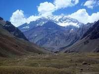 Aconcagua - grüne Wiese nahe schneebedeckten Bergen unter blauem Himmel während des Tages. Aconcagua, Mendoza,