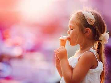 Mädchen mit Eis - m ...........................