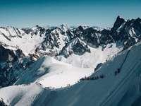 Valle Blanche starten - Luftbild des Berges mit Gruppe von Menschen. Aiguille du Midi, Vallee Blanche, Chamonix, Frankreich