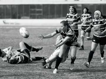 Rugby Femenino - Graustufenfoto einer Frau, die Fußball spielt. Universidad de Málaga: Escuela Técnica Superior de