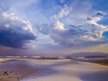 pustynia pod błękitnym niebem - Pomnik narodowy White Sands, Nowy Meksyk.