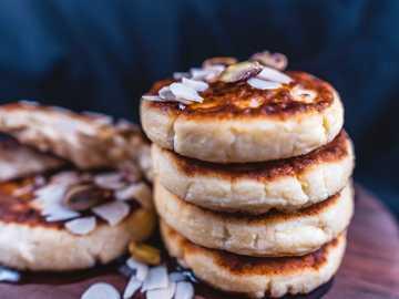 biscotti marroni sul piatto in ceramica bianca - Frittelle di ricotta, frittelle di ricotta, syrniki. Kharkiv, Kharkiv Oblast, Ucraina