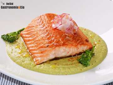 Salmon with boocoli - Salmon with broccoli and almond cream