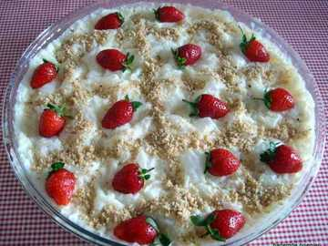 Strawberry tart - Baklava dessert flavored with nuts and syrup