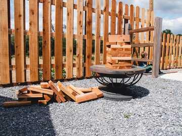 Valla de madera marrón sobre piso de concreto gris - Torre Jenga derribada de bloques de madera hechos a mano. Lincoln, CA, EE. UU.