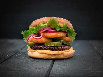 burger z sałatą i serem - LikeMeat Like Burger - na bazie soi, fotograf i kucharz: Line Tscherning.