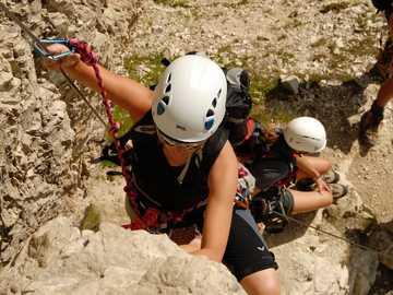 Arrampicata Via Ferrata Alto Adige - tre uomini che scalano la montagna durante il giorno. Gruppo Sella, Sella Gruppe, Dolomiten