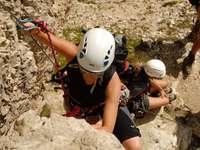 Αναρρίχηση μέσω Ferrata Southtyrol - τρεις άνδρες ανεβαίνουν στο βουνό κατά τη διάρκεια της