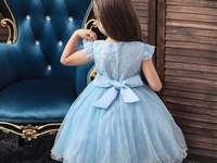 Kleid mit Schleife - Kleid mit hellblauer Schleife