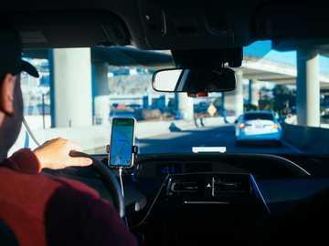 Person hält iPhone 6 im Auto - Ich bin an einem frühen Donnerstagmorgen zu Figmas erster Konferenz - Config 2020 - nach SFO geflog